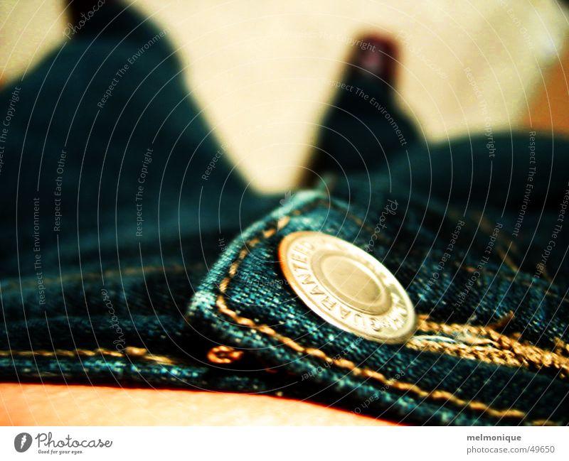abwärts Frau Mensch Jugendliche blau Beine Bekleidung Jeanshose Hose Stoff Bauch Knöpfe Bündel
