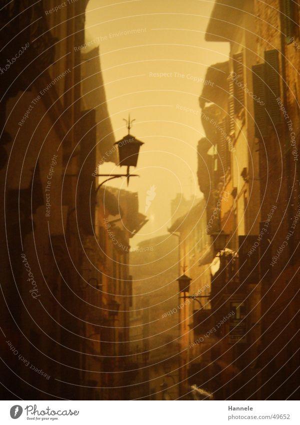 siena 2 Italien Nebel Gasse Haus Häuserzeile Licht Außenaufnahme Romantik Idylle gelb gemütlich Europa Süden Ferien & Urlaub & Reisen Toskana Laterne Siena