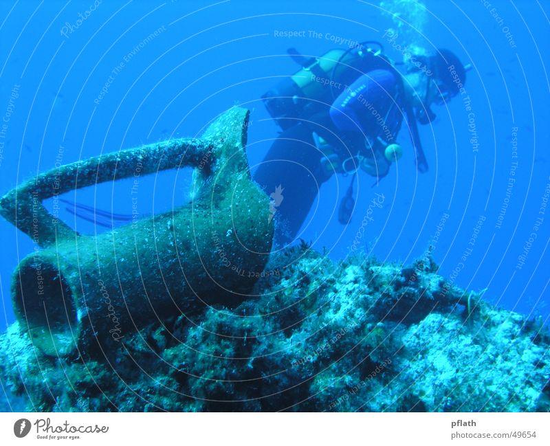 Tauchen im Mittelmeer tauchen Unterwasseraufnahme Taucher Amphore Schwerelosigkeit blue water diving Freiheit Ferne olymus mit gehäuse (interner blitz)
