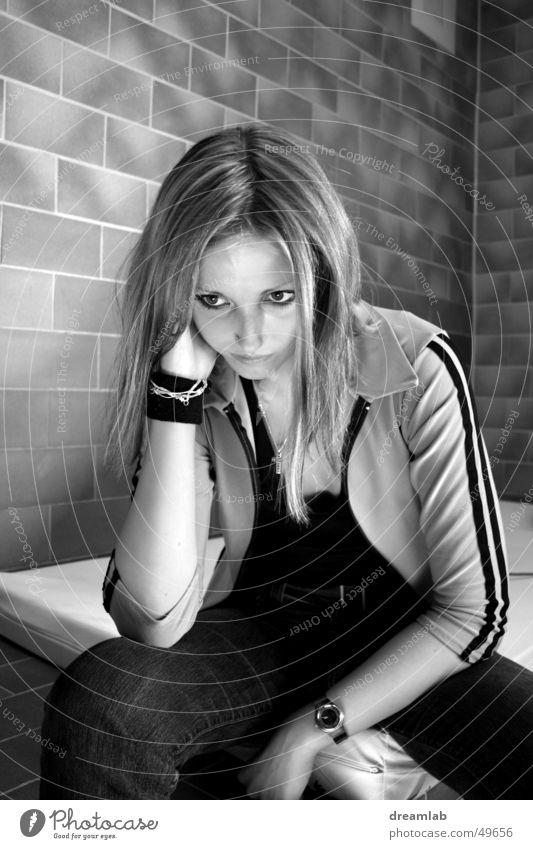 Sitting Girl trist schmollen hocken Mauer steril kalt gestellt Porträt Frau Langeweile gefängniss Gefängniszelle Schwarzweißfoto Kontrast sitzen boring sulk