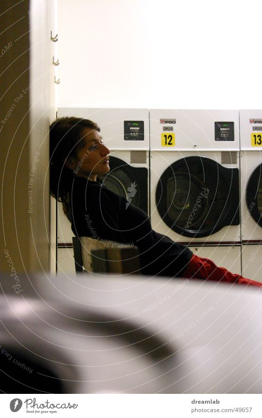 Laundromat Girl Frau warten 3 schlafen leer Müdigkeit Ziffern & Zahlen Langeweile Wiederholung Trommel Ladengeschäft Linearität Waschsalon