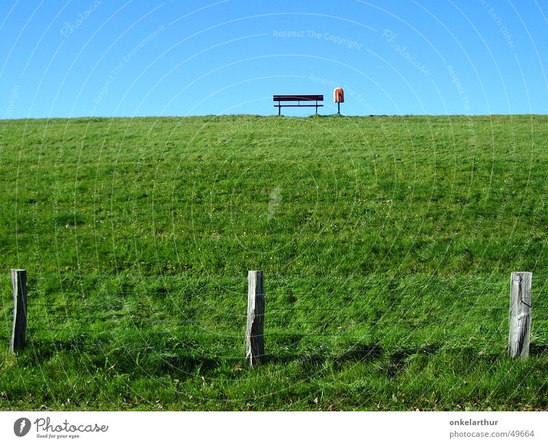 auf dem deich grün Farbe Gras leer Bank Zaun Nordsee Müllbehälter