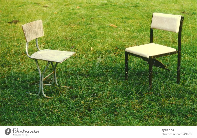Kommunikation Stuhl Wiese grün Stil kaputt Gras retro Kommunizieren Möbel alt Natur Verbindung