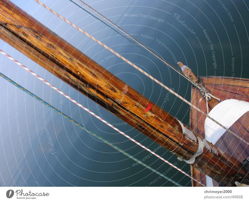Ostsee Flaute Segeln Segelboot Holz Meer See Horizont Reflexion & Spiegelung Schleier Sportboot Wanten Wasser Strommast Seil Glätte flaute Parkdeck Nebel Jacht
