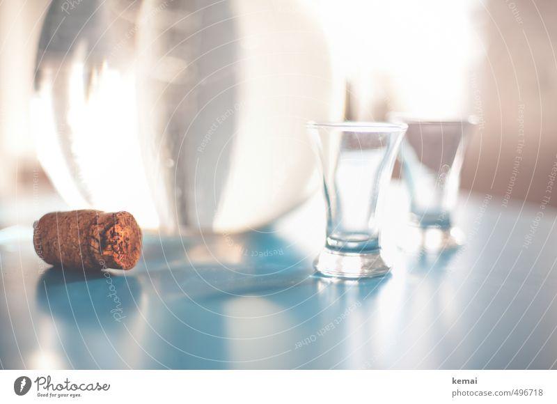 Der Große Geist Getränk Alkohol Spirituosen Korken Flasche Glas Schnapsglas Schnapsflasche Häusliches Leben Tisch dick glänzend groß hell blau braun türkis leer