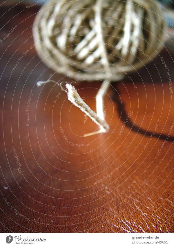 der Anfang Schnur Leder festbinden braun Beginn Nähgarn käul faden verliehren ziehen