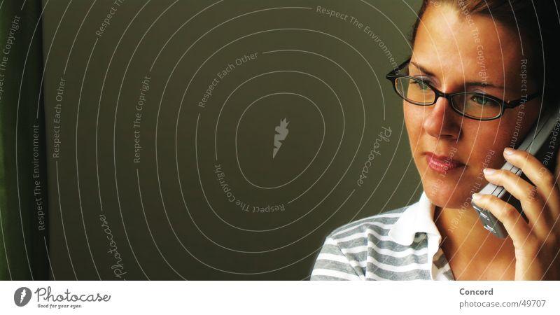 wie geht`s Frau brünett Brille Handy Seite Silhouette sprechen Am Rand Wachsamkeit Konzentration Denken Innenaufnahme Porträt Vor dunklem Hintergrund Raum