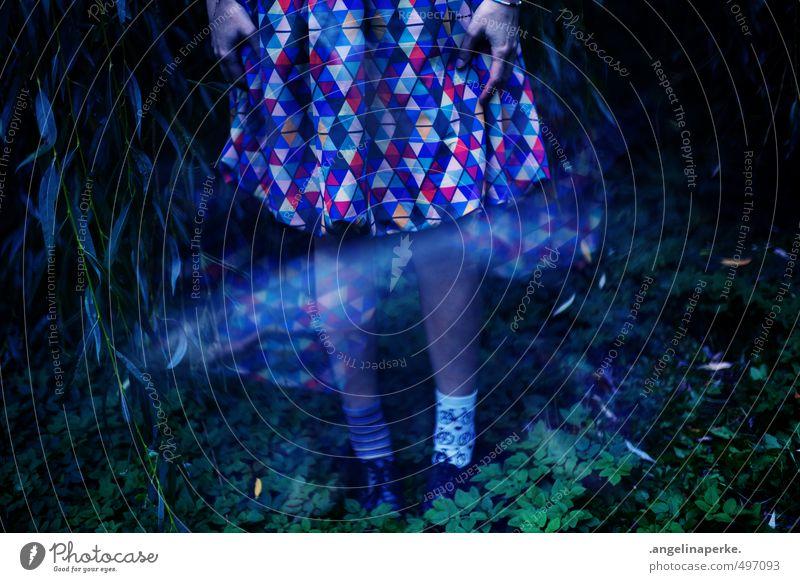 this world isn´t real VII Trauerweide dunkel Baum Kleid Schuhe Strümpfe Reflexion & Spiegelung Reaktionen u. Effekte träumen mystisch