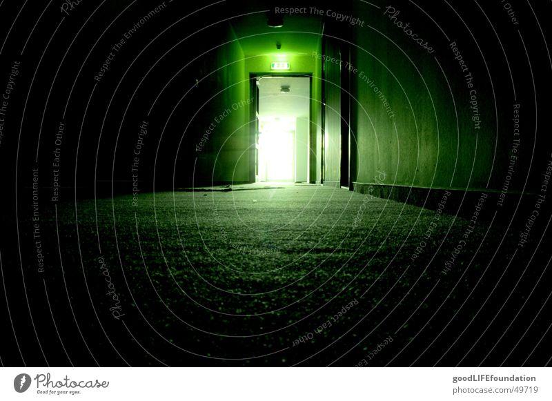 into the light Flur dunkel Notausgang Ausgang grün Licht Gegenlicht hallway licht am ende des tunnels Gang