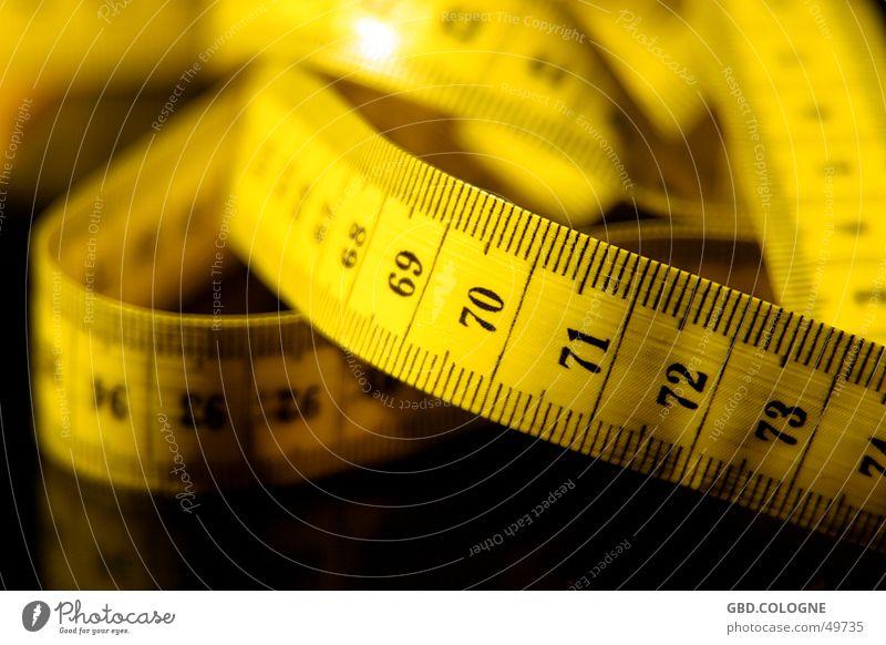 Schon wieder zugenommen... gelb Gesundheit Ernährung Ziffern & Zahlen Übergewicht Tiefenschärfe Gewicht Diät Messinstrument Maßeinheit Länge Maßband