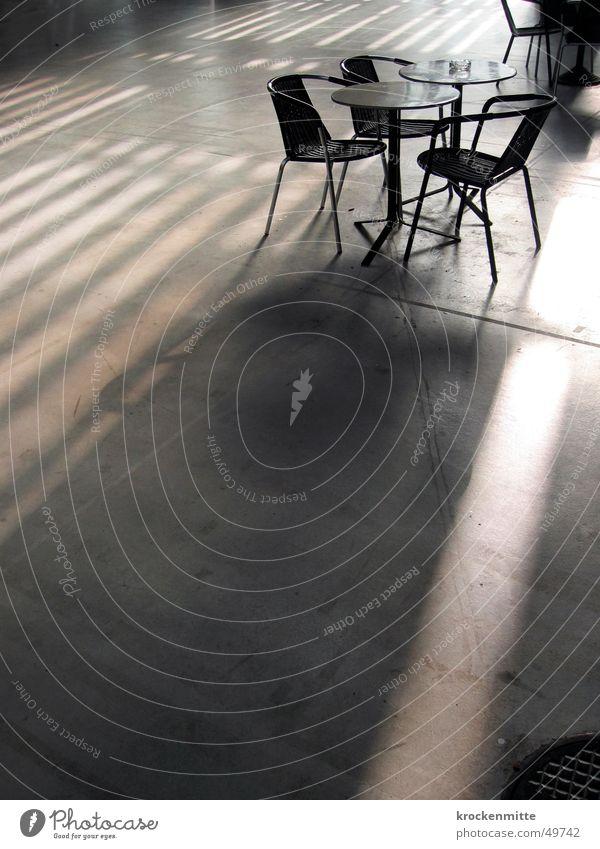 im Schatten sitzen Betonboden Stuhl Tisch Gartentisch Aschenbecher Gitter Gegenlicht Sitzgelegenheit Lagerhalle