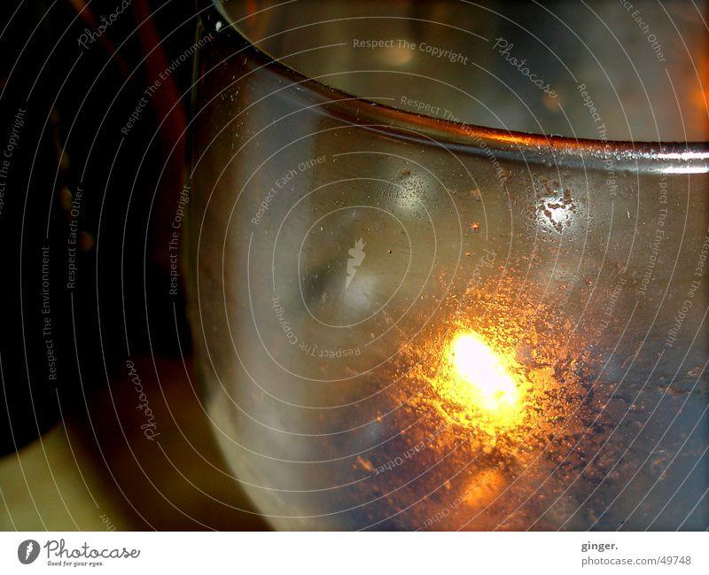 to hum in light - im Licht schimmern Glas leuchten erleuchten Beleuchtung Wachs brennen Brand Flamme Ruß Makroaufnahme Kerzenschein Textfreiraum links