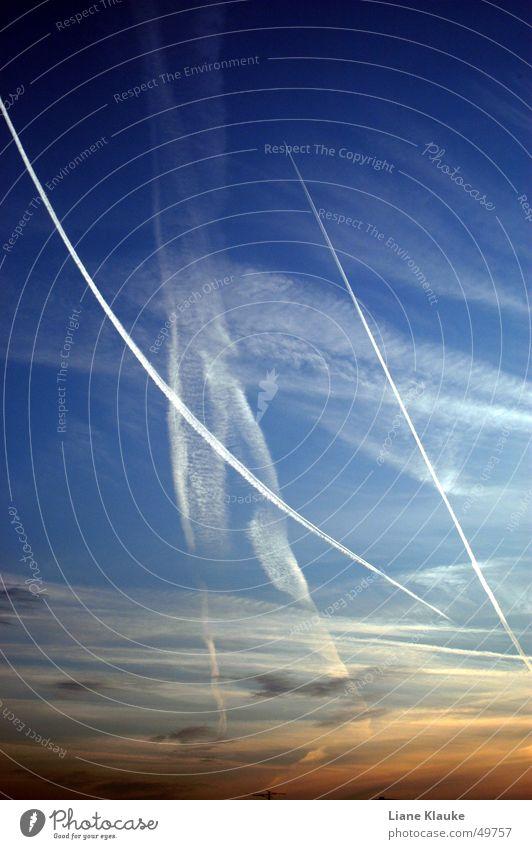 kondensdingsbums Wolken weiß Dämmerung Sonnenuntergang Kondensstreifen Himmel blau Abend