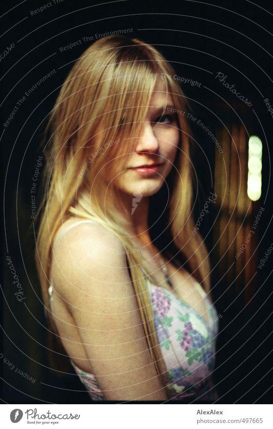 Erscheinung Junge Frau Jugendliche Kopf Haare & Frisuren Arme 13-18 Jahre Kind Kleid blond langhaarig beobachten Kommunizieren Lächeln stehen ästhetisch