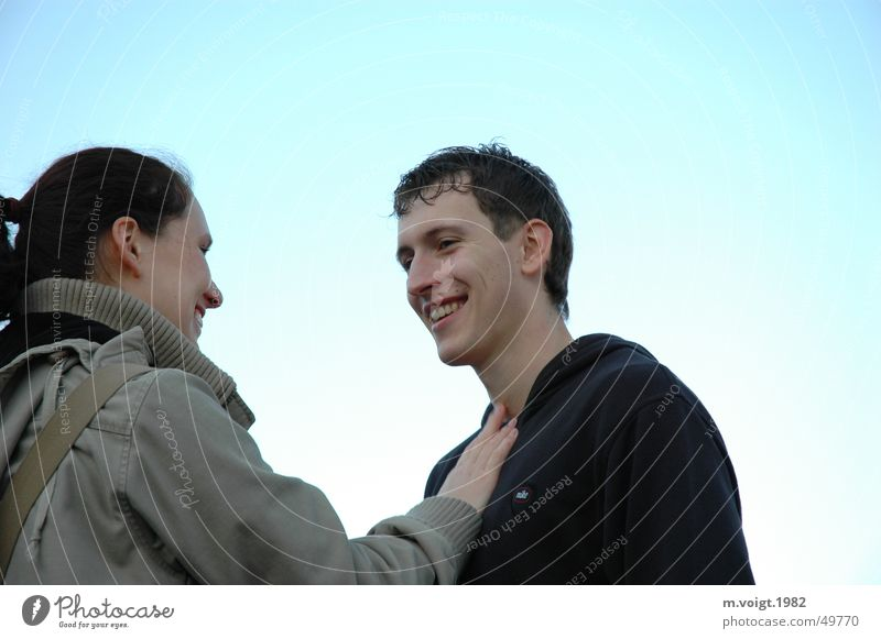 Zuneigung Farbfoto Außenaufnahme Hintergrund neutral Tag Porträt Oberkörper Blick maskulin feminin Frau Erwachsene Mann Paar 2 Mensch 18-30 Jahre Jugendliche