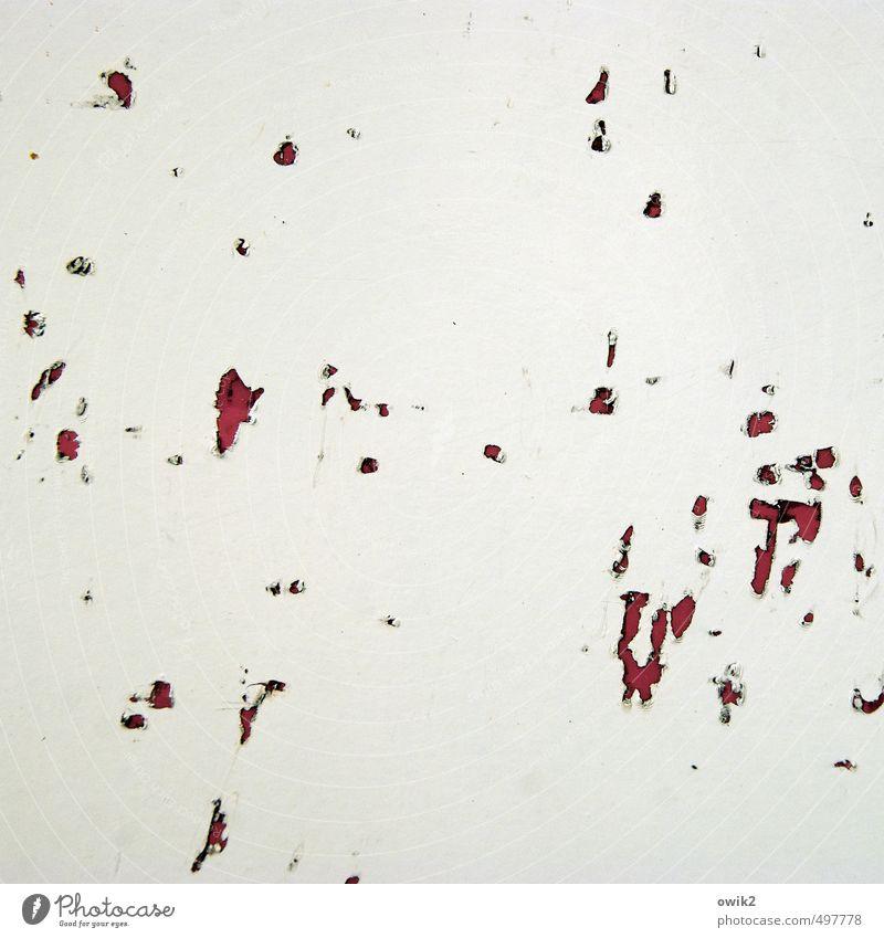 Versehen alt weiß rot Farbstoff grau klein Metall trist verrückt kaputt Vergänglichkeit Wandel & Veränderung Textfreiraum Spuren verfallen trashig