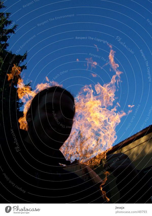 Feuer & Flamme heiß Silhouette Grill Sommer Brand flame blau Kopf Garten Himmel