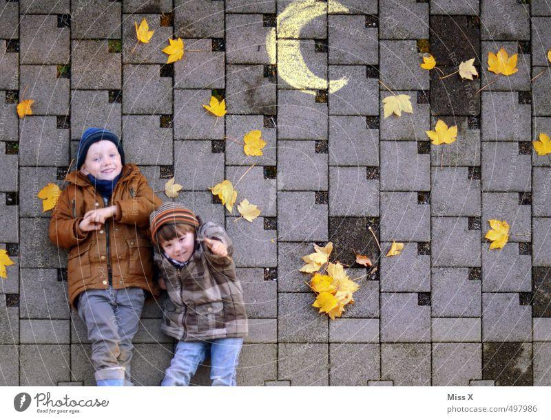 Sternstunde Mensch Kind Freude Blatt Herbst lustig Spielen lachen liegen Freundschaft Stimmung Freizeit & Hobby Kindheit Lächeln Fröhlichkeit Stern