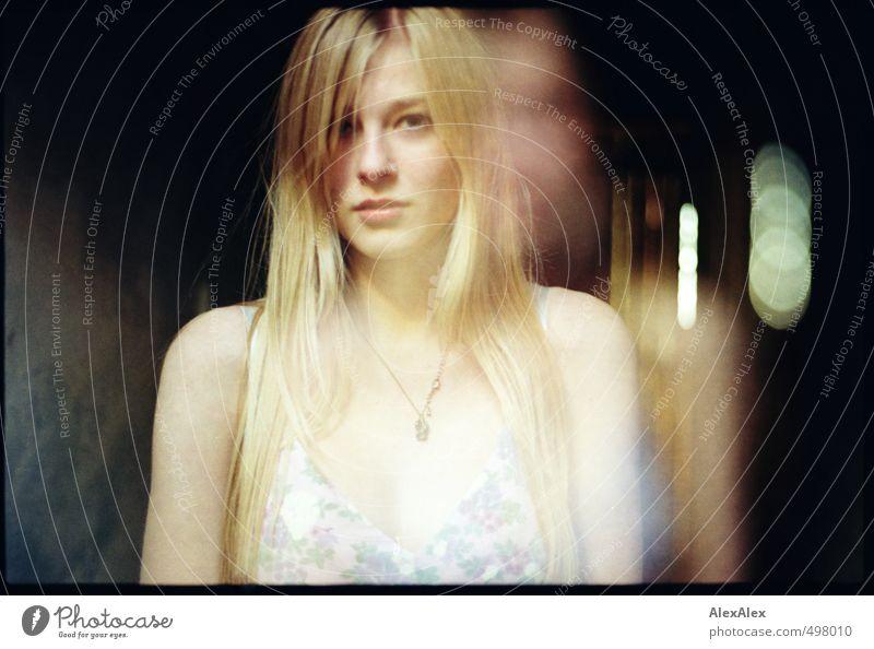 Aura Kind Jugendliche schön Junge Frau feminin Kopf außergewöhnlich Stimmung blond elegant authentisch 13-18 Jahre ästhetisch Kommunizieren beobachten retro