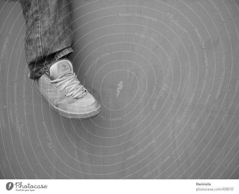 der fuß Schuhe Turnschuh Mann Wand Schuhbänder Jeanshose