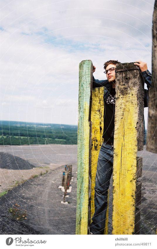 unendliche Weiten Mann gelb Holz Kunst frei Farblosigkeit Ruhrgebiet Halde Bottrop