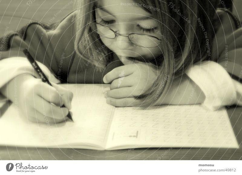 ..der Ernst des Lebens Kind Mädchen Schule lernen Schreibstift Schüler anstrengen Zeitschrift Schulkind Bildung Hausaufgabe