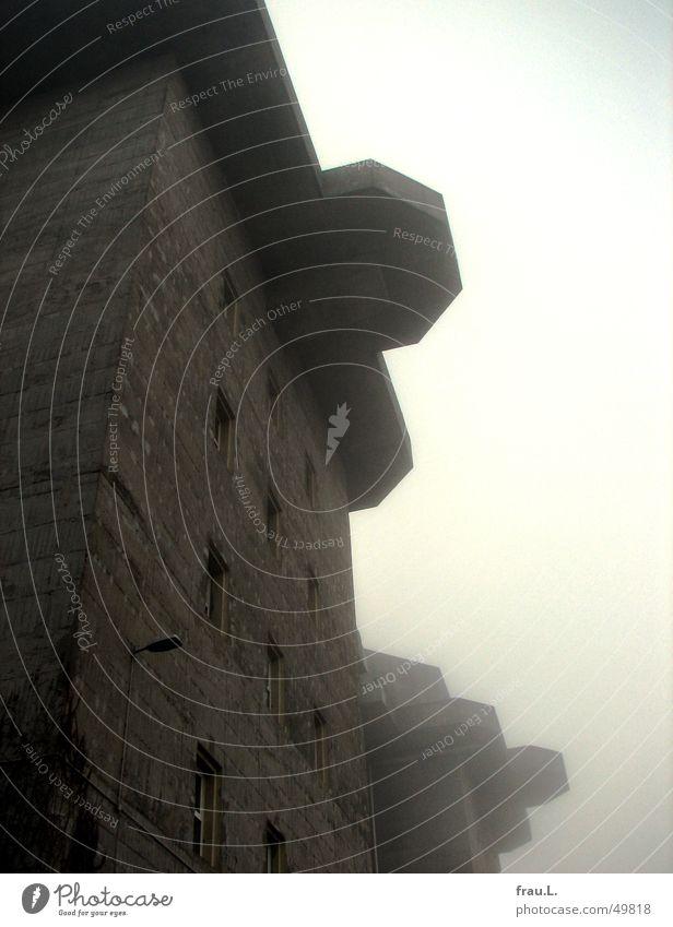 Bunker im Nebel hässlich Beton Faschismus Krieg Bombe Macht groß Fenster Lampe Nationalsozialismus Angriff Hochbunker 2. Weltkrieg Arbeit & Erwerbstätigkeit