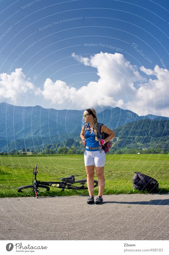 auf Tour Himmel Natur Jugendliche Ferien & Urlaub & Reisen Sommer Erholung Junge Frau Landschaft ruhig Wolken 18-30 Jahre Erwachsene Berge u. Gebirge Wiese