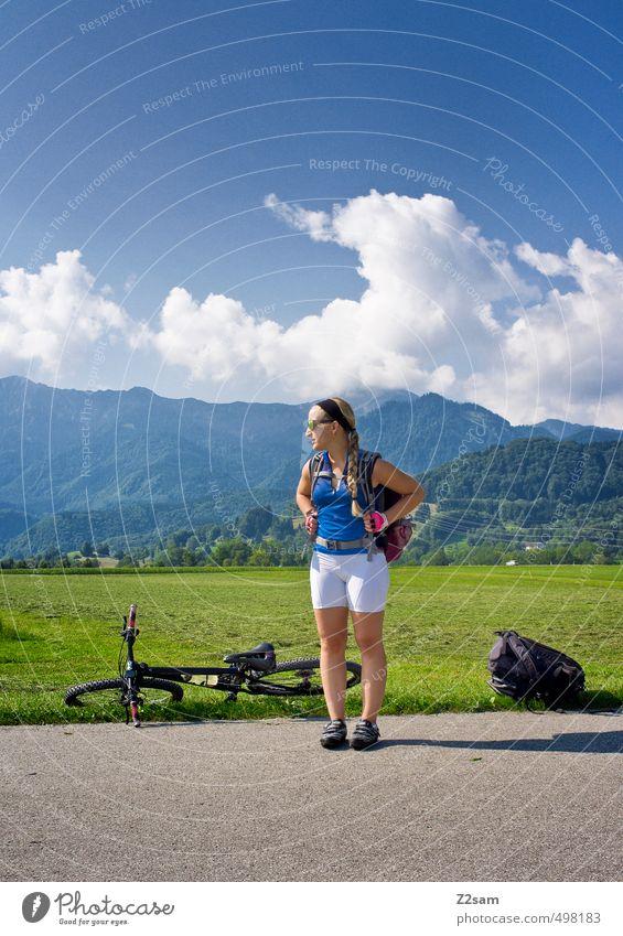 auf Tour Lifestyle Ferien & Urlaub & Reisen Ausflug Freiheit Fahrradtour Sommer Sommerurlaub Berge u. Gebirge Sportbekleidung Fahrradfahren feminin Junge Frau