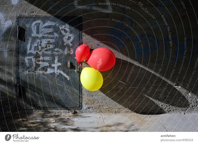 Kontrastprogramm II Stadt rot Freude gelb Graffiti Wand Mauer Spielen grau Stein Feste & Feiern Fassade Tür Geburtstag Dekoration & Verzierung Schriftzeichen