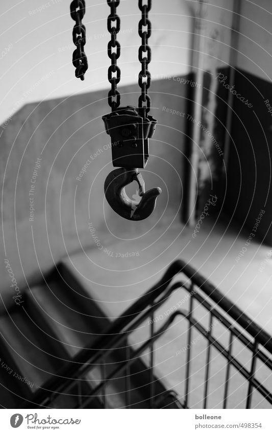Gut abgehangen… Fabrik Industrie Handwerk Kran Kranhaken Haken Industrieanlage Treppe Treppenhaus Treppengeländer Metall Stahl hängen dunkel schwarz Stress