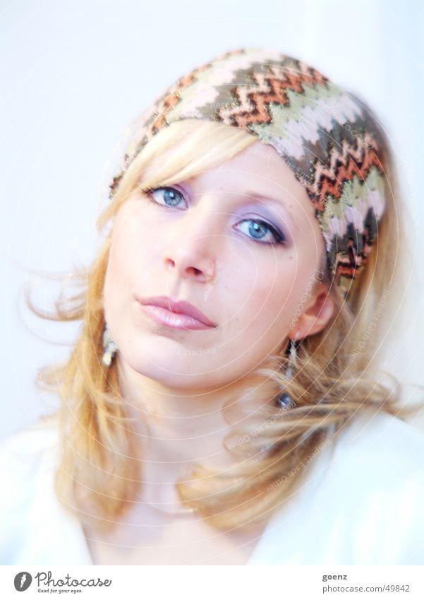 Babe Frau schön blau Gesicht Auge kalt lachen Mund blond Beautyfotografie Model weich zart Tuch Ohrringe Stoff