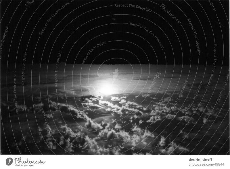 down under Wolken Sonnenuntergang schwarz weiß Himmel Schwarzweißfoto sun clouds