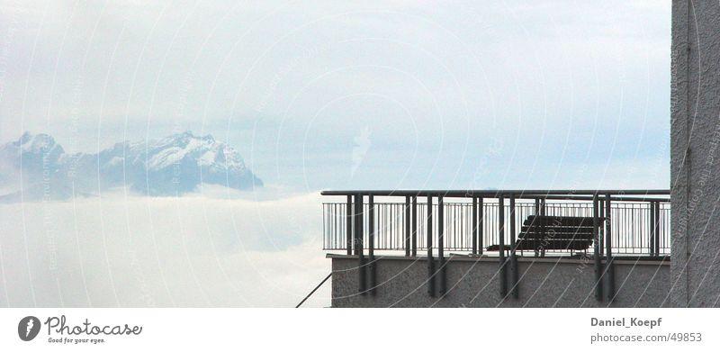 Ruhestand Himmel ruhig Wolken Einsamkeit kalt Schnee oben Berge u. Gebirge Beton Ausflug Pause Bank Niveau Aussicht Gipfel Geländer