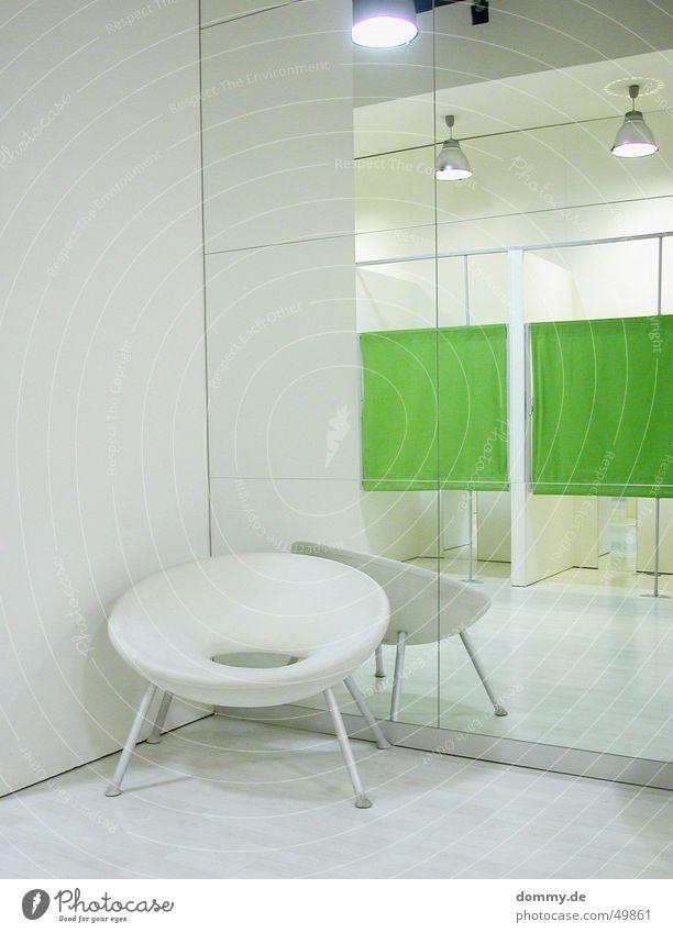 Männerstuhl Stuhl Umkleideraum Ladengeschäft Design Spiegel grün weiß Stil Innenaufnahme Spiegelbild Menschenleer Innenarchitektur Designermöbel Kaufhaus
