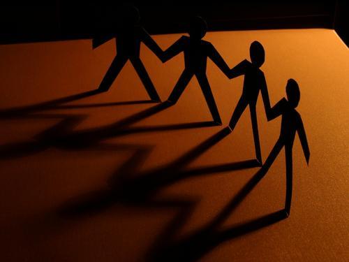 together Netzwerk Hand in Hand Freundschaft Zusammensein braun Papier friends brown shadow paper Unternehmen Ziel company Schatten ausschneiden mänchen