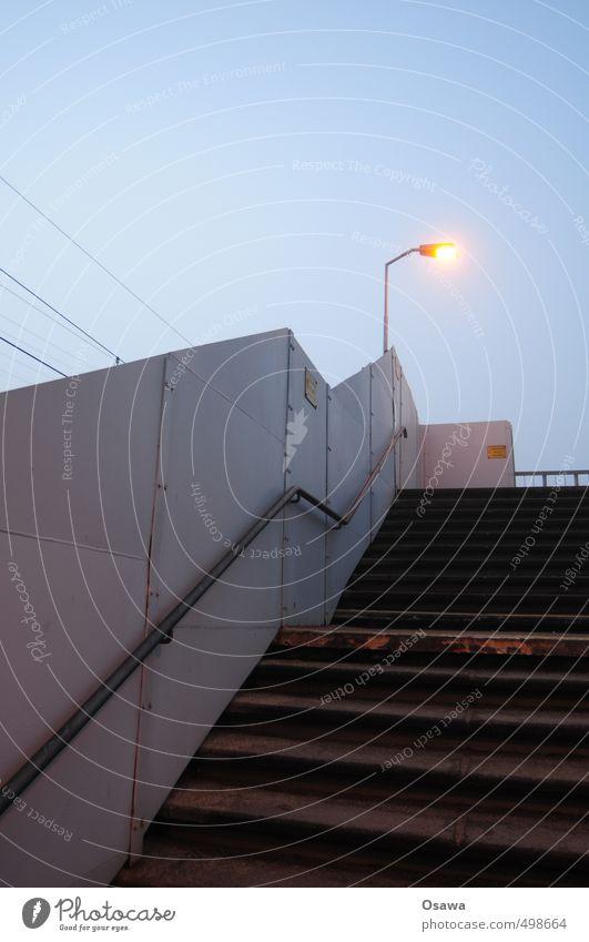 Treppe Himmel blau Eisenbahn Geländer Straßenbeleuchtung Laterne Treppengeländer Abenddämmerung Brückengeländer Bahnübergang