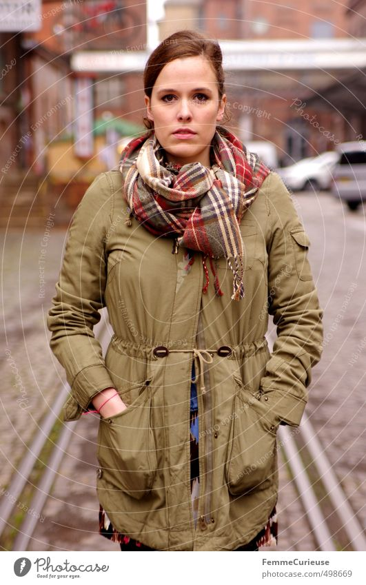 Autumnal Woman (IX). Mensch Frau Jugendliche Stadt schön grün Hand Junge Frau 18-30 Jahre Erwachsene feminin Stil Mode offen Lifestyle Körperhaltung