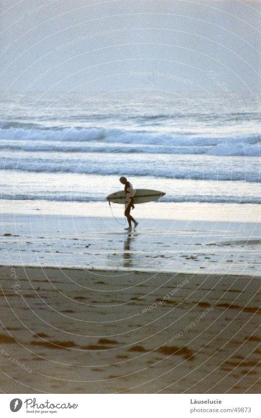 going home Sommer Surfer Atlantik Frankreich Meer Strand nass dunkel Wellen Abend laufen Wasser Holzbrett Sand