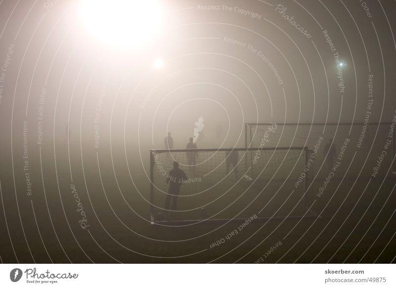 Fußballspiel bei Nebel Fußball Nebel Rasen Tor Sport-Training Flutlicht Sport