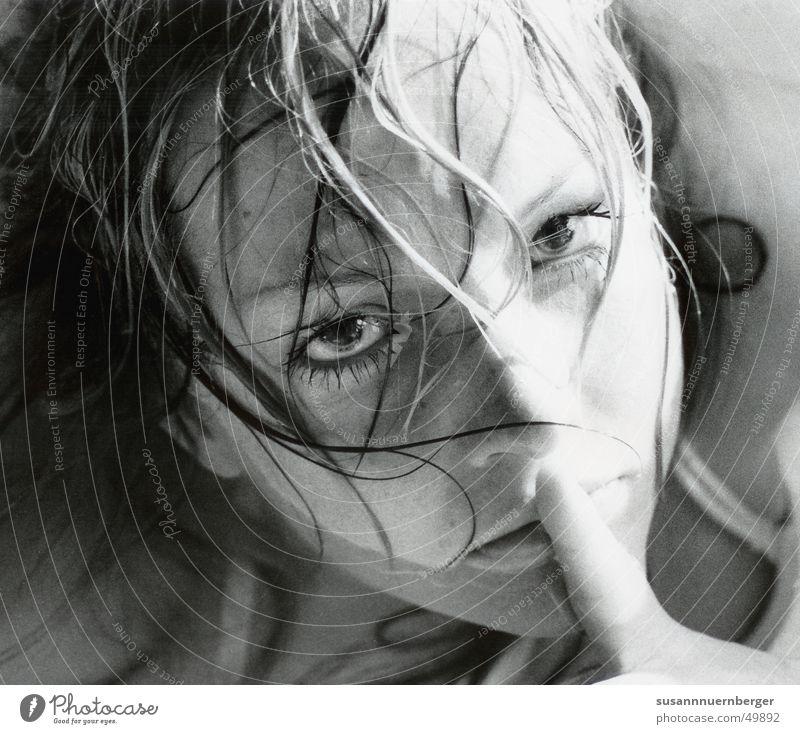 pssst! Frau Mensch Jugendliche Wasser schön Gesicht ruhig Auge Erholung feminin Haare & Frisuren Kopf Mund Zufriedenheit Angst Erwachsene