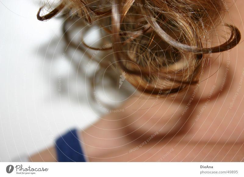 Schattenspiel Frau feminin Haare & Frisuren Wellen nass feucht Hals Locken gewaschen hellbraun