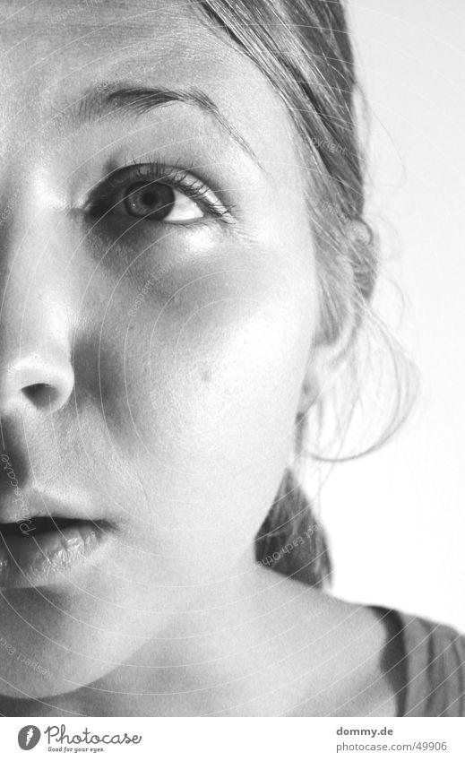 oh Gott ! Frau Mädchen schwarz weiß Angst blond Fragen erstaunt Dame Blick Schwarzweißfoto Schrecken Auge Nase Mund Ohr Haare & Frisuren dumm offen Anschnitt