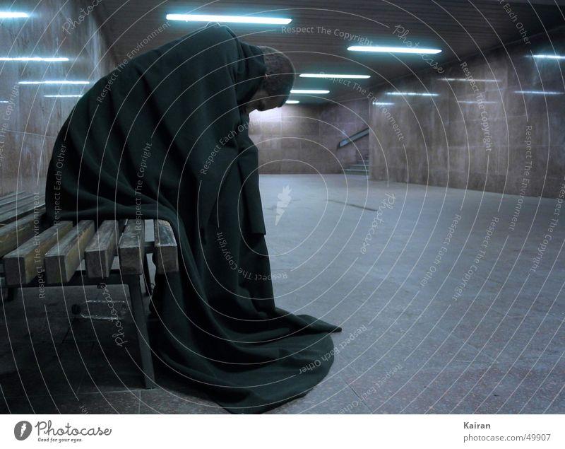 mann auf bank blau Einsamkeit dunkel sitzen Bank Glätte Umhang Bekleidung Unterführung Michaeliskirche