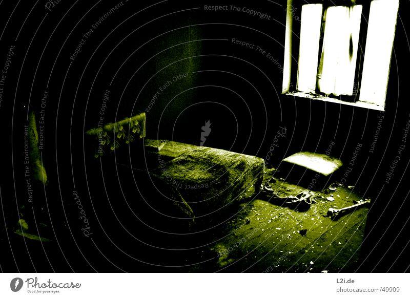 Green Room II grün schwarz weiß Licht Fenster dunkel gruselig Wand Haus Raum Bodenbelag Zerstörung alt Kontrast Einsamkeit Decke Glas