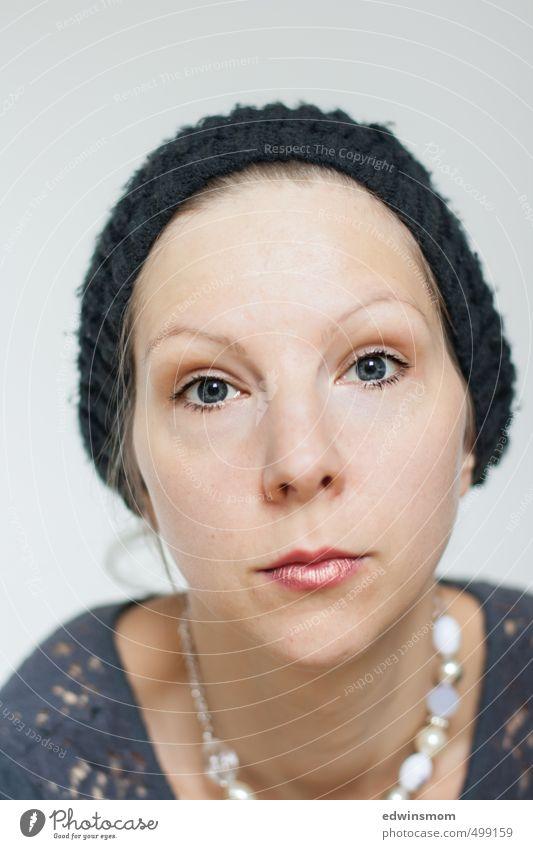 Augen_Blick. Lippenstift Wimperntusche feminin Frau Erwachsene Gesicht Nase Mund 1 Mensch 30-45 Jahre Accessoire Schmuck Halskette Mütze Traurigkeit authentisch