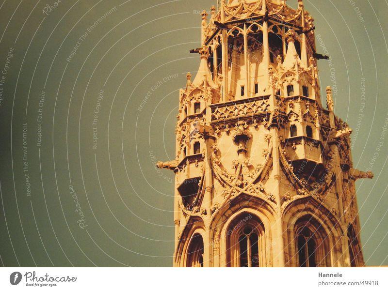 Budapest Schnörkel Fenster weiß Gotik Kirchturm Himmel Turm Spitze blau Architektur