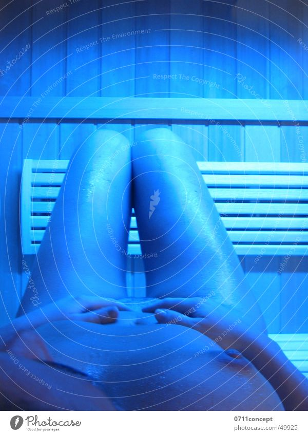 Saunagang Frau nackt transpirieren Physik Hand Wellness Erholung Winter genießen Freizeit & Hobby Körper Frauenbrust Brust Beine blau Wärme Freude Leben Glück