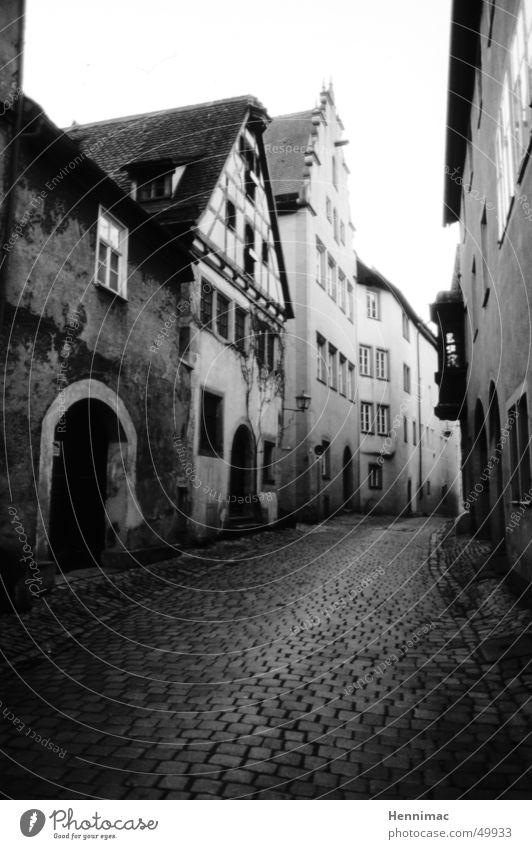 Gasse weiß Stadt ruhig Haus schwarz Einsamkeit Ferne Straße dunkel Fenster grau Stein Traurigkeit Mauer Wege & Pfade Stimmung