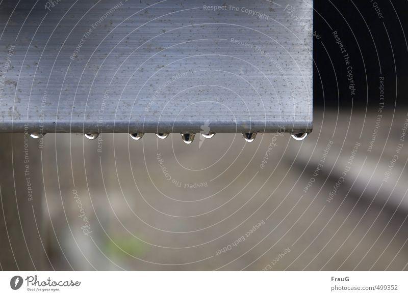 8 Tropfen an Aluminium Wasser grau Metall glänzend nass Wassertropfen Regenwasser hängen 8 Aluminium